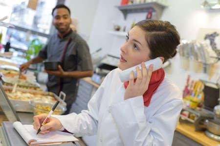 carnicería: trabajadora en el teléfono en una carnicería