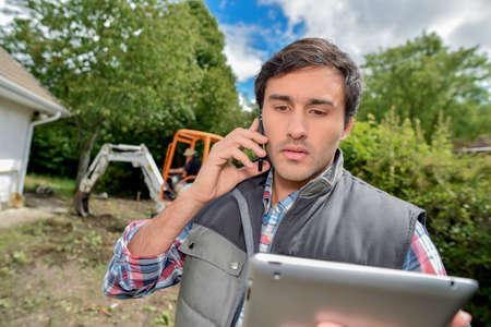 paysagiste: landscaper au téléphone