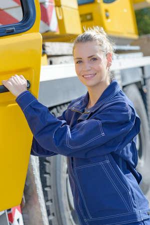 maquinaria pesada: Mujer en la cabina del vehículo de maquinaria pesada