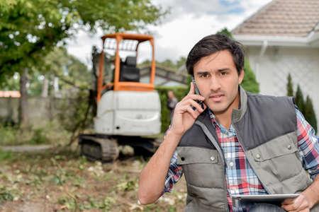 paysagiste: paysagiste avec téléphone portable et tablette