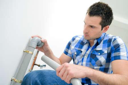 kunststoff rohr: Klempner mit einem Kunststoffrohr
