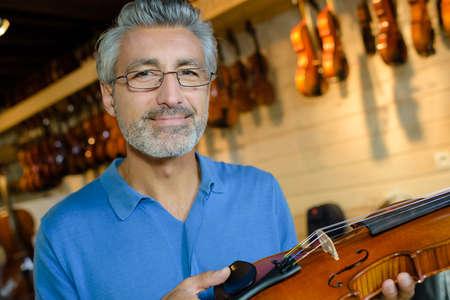 violinista: Hombre que sostiene el violín