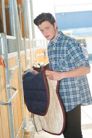 coil: Muchacho que consigue la manta del caballo