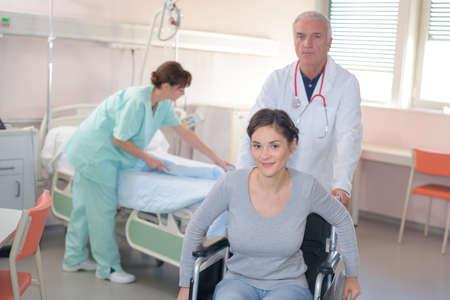 병원에서 퇴원하는 여자