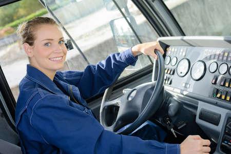 Retrato de mujer en la cabina del vehículo Foto de archivo - 72857550
