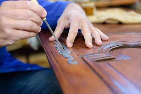 meubelmaker aan het werk