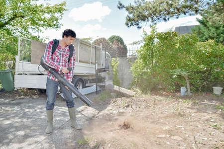 Builder using a leaf blower Standard-Bild