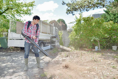 Builder using a leaf blower 免版税图像