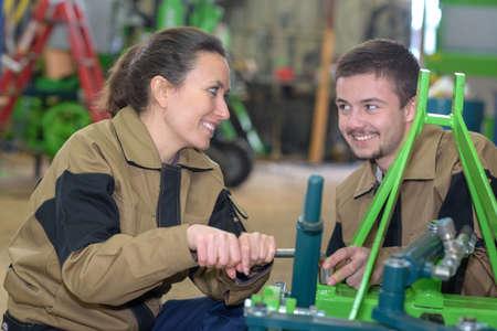 les employés utilisant des machines industrielles à l'usine Banque d'images