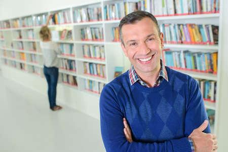 Confidente, bibliotecario, sonriente