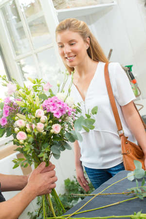 Client buying a bunch of flowers