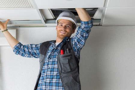 empleada domestica: cableado trabajador eléctrico en el techo