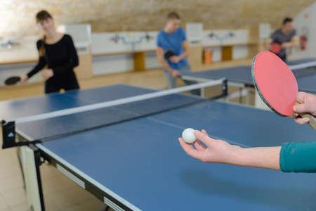pingpong: Mujer bonita de juego ping-pong con los amigos Foto de archivo