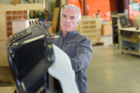 obrero trabajando: Trabajador de cuello azul mayor