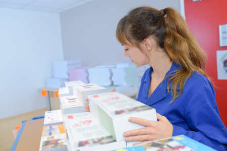 Kobieta ze stosami drukowanych materiałów Zdjęcie Seryjne