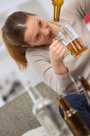 bebidas alcohÓlicas: woman drinking alcoholic drinks
