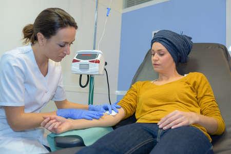 Mujer que recibe una quimioterapia Foto de archivo - 73407373