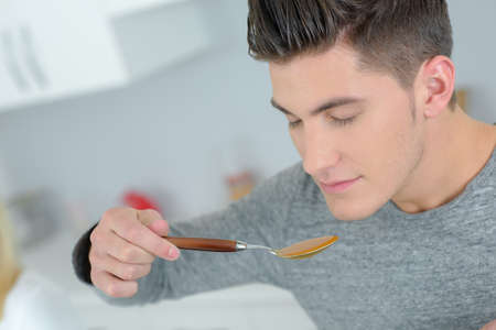 hombre comiendo: el hombre que come la sopa Foto de archivo