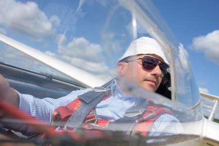 cinturon seguridad: Piloto de planeador en el aire Foto de archivo