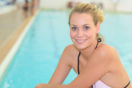 persona feliz: swimmer posing next to the pool