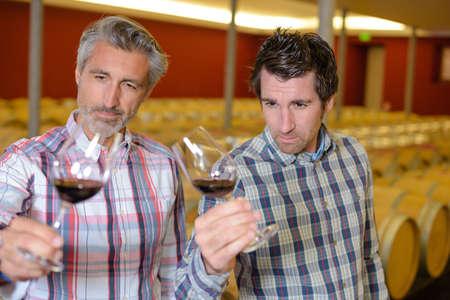 los hombres que beben el vino