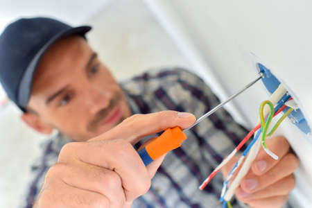 Elektricien met blootgestelde bedrading Stockfoto