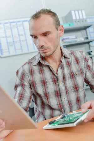 Technicien travaillant Banque d'images - 77051359