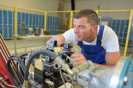 Mécanicien industrielle fixant une machine Banque d'images - 77580801