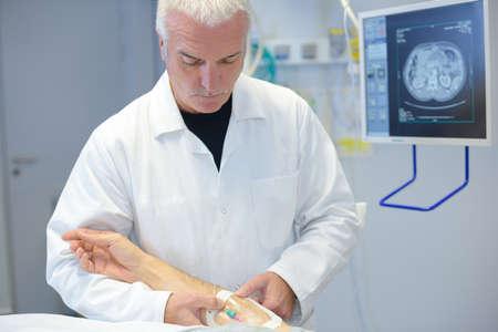 doctor attending patient Banque d'images