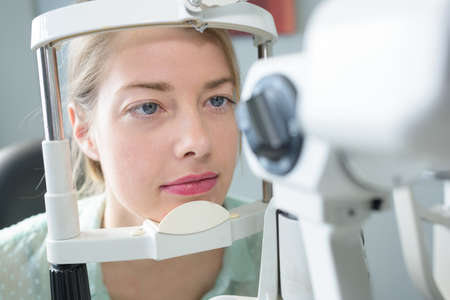 여자가 그녀의 눈을 테스트 받고