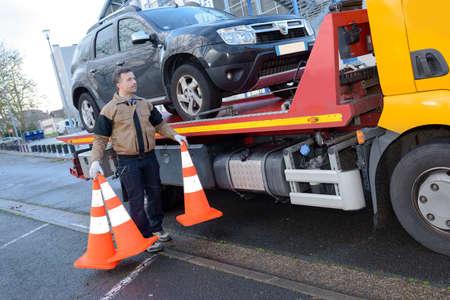 견인 트럭은 깨진 차를 빼앗아 스톡 콘텐츠