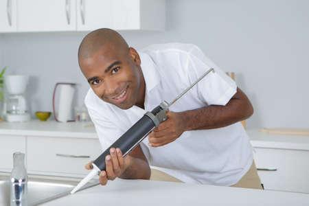Plomero arreglando un fregadero