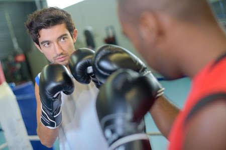 psique: Hombres que enmarcan para arriba eachother en emparejamiento del boxeo