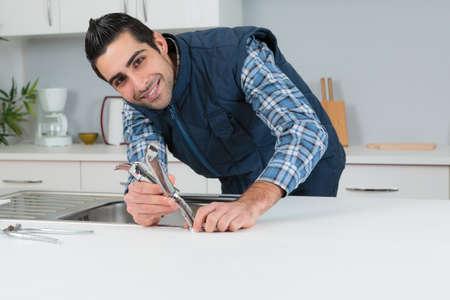 Porträt des passenden Küchenhahns des Klempners Standard-Bild