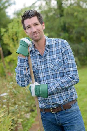 Mann auf seinem Gartenhobby