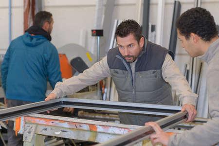 Mannen werken bij plastic deur en raam fabriek