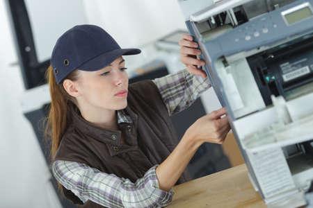 사무실 복사기를 서비스하는 여성