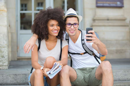 socializando: Tomando selfie mientras descansa