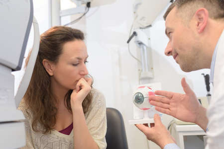 ophtalmologist with patient