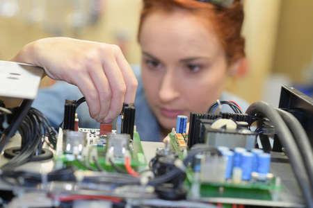 Vrouw werkt aan het elektrische systeem Stockfoto - 78540762