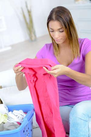 empleada domestica: folding the clothes