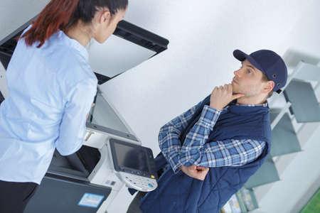 Frustrierte Business-Frau Öffnung Fotokopie-Maschine im Büro