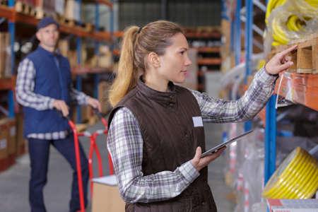 berufstätige Frauen in der Fabrik Kabel zusammenbauen Standard-Bild