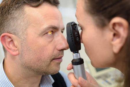 Homme ayant une machine de test oculaire de test oculaire Banque d'images - 79002637
