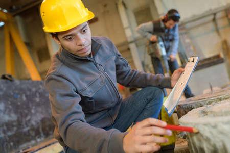 obrero trabajando: Trabajador, casco, trabajando, interior, moderno, fábrica