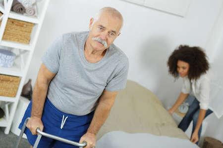 Limpiar la cama Foto de archivo - 79020686