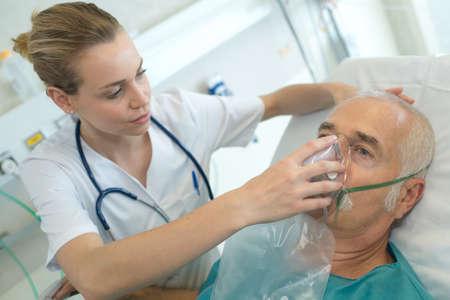 酸素マスクと病院で成人男性患者 写真素材