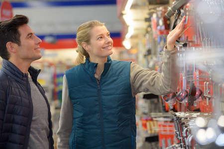 hardwarer store worker assisting customer Archivio Fotografico