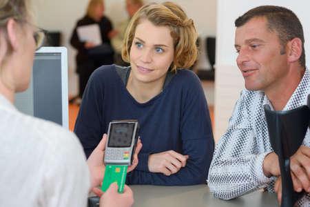 Les couples regardent comme leur carte de sécurité sociale est traitée Banque d'images - 80130849