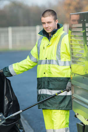 recolector de basura: male garbage collector cleaning the streets